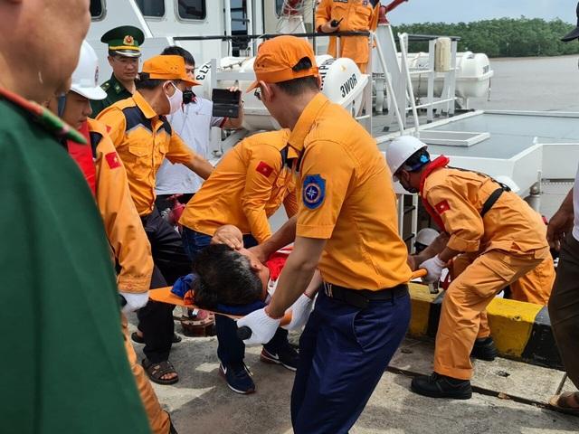 Hải Phòng: Tìm kiếm và đưa thi thể thuyền viên tàu cá bị đâm chìm vào bờ - Ảnh 2.