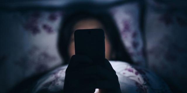 Bị đột quỵ mắt do xem Diên Hi công lược liên tục 7 ngày, chuyên gia chỉ rõ những nguy hiểm khi dùng điện thoại vào ban đêm - Ảnh 1.