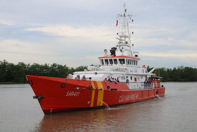 Tàu cứu hộ đưa thi thể 4 thuyền viên vào bờ.