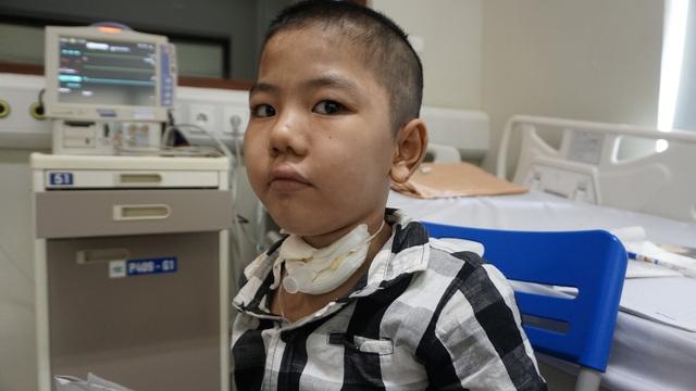 Sức khỏe bé trai 8 tuổi nhiều tháng trời sống nhờ máy thở hiện giờ ra sao? - Ảnh 3.