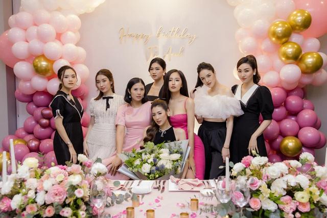 Hoa hậu Mai Phương Thúy khoe ngực đầy gợi cảm đến chúc mừng sinh nhật Tú Anh - Ảnh 1.