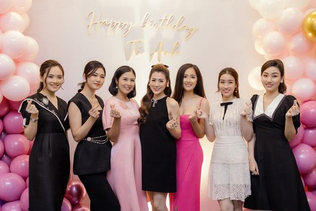 Hoa hậu Mai Phương Thúy khoe ngực đầy gợi cảm đến chúc mừng sinh nhật Tú Anh - Ảnh 2.