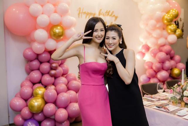 Hoa hậu Mai Phương Thúy khoe ngực đầy gợi cảm đến chúc mừng sinh nhật Tú Anh - Ảnh 3.