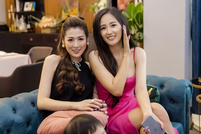 Hoa hậu Mai Phương Thúy khoe ngực đầy gợi cảm đến chúc mừng sinh nhật Tú Anh - Ảnh 4.