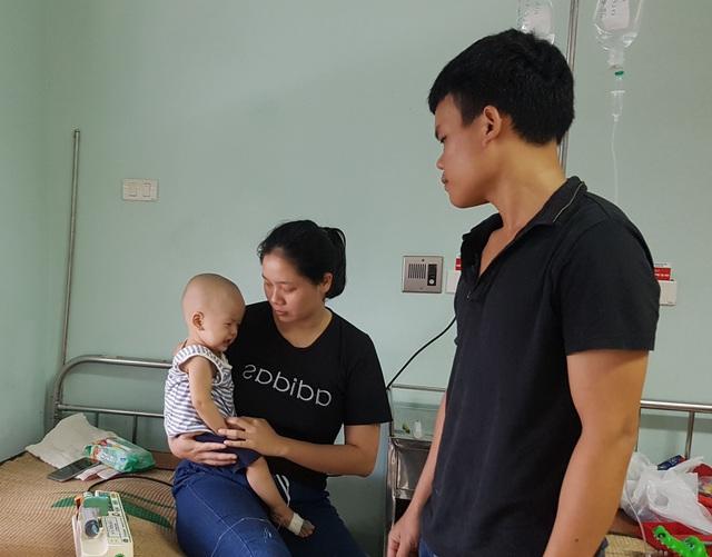 Cháu bé 1 tuổi bị ung thư bàng quang đứng trước nguy cơ dừng sự sống do bố mẹ nghèo túng - Ảnh 1.