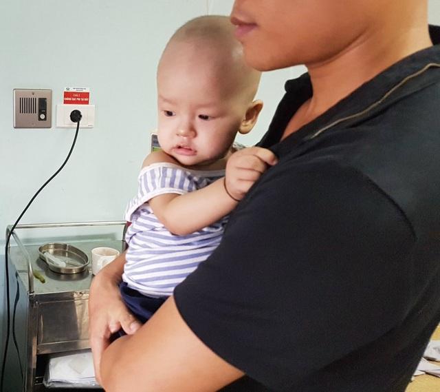 Cháu bé 1 tuổi bị ung thư bàng quang đứng trước nguy cơ dừng sự sống do bố mẹ nghèo túng - Ảnh 3.
