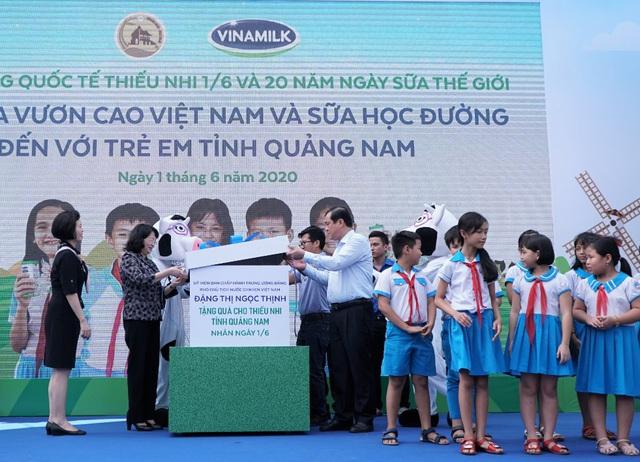 34.000 trẻ em Quảng Nam đón nhận niềm vui uống sữa từ Vinamilk trong ngày 1/6 - Ảnh 1.