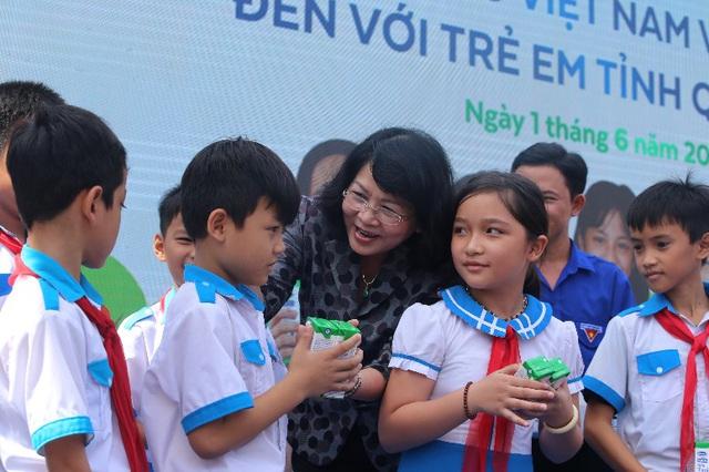 34.000 trẻ em Quảng Nam đón nhận niềm vui uống sữa từ Vinamilk trong ngày 1/6 - Ảnh 2.