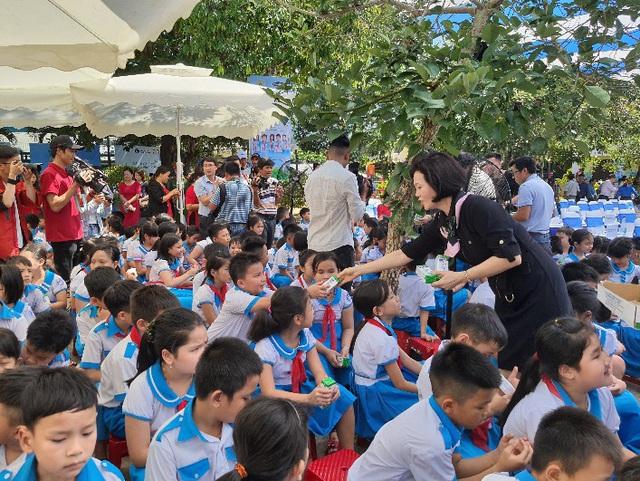 34.000 trẻ em Quảng Nam đón nhận niềm vui uống sữa từ Vinamilk trong ngày 1/6 - Ảnh 5.