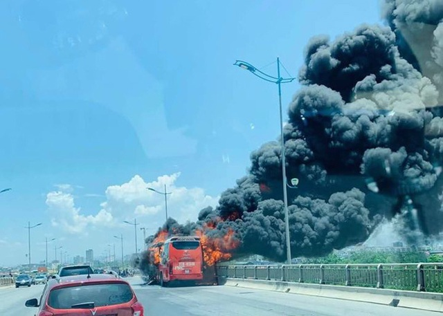 Xe khách gường nằm bốc cháy dữ dội, 18 hành khách thoát nạn - Ảnh 1.