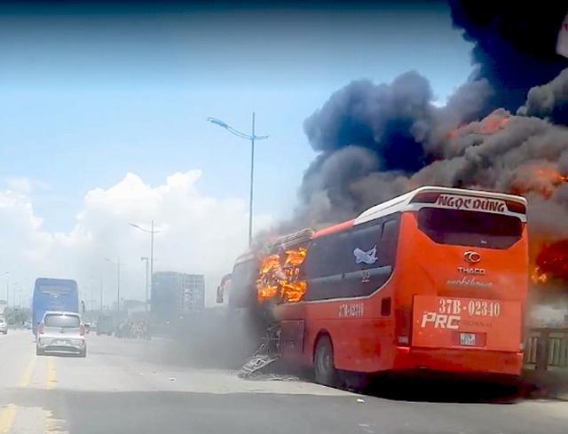 Xe khách gường nằm bốc cháy dữ dội, 18 hành khách thoát nạn - Ảnh 2.