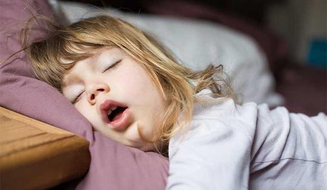 Trẻ khi ngủ có biểu hiện này cha mẹ cần thận trọng nếu không muốn trẻ gặp nguy hiểm - Ảnh 2.