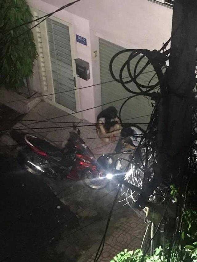 Cặp đôi lúi húi ngồi trước cửa nhà cô gái nửa đêm, hành động của họ khiến người chứng kiến bất ngờ - Ảnh 2.