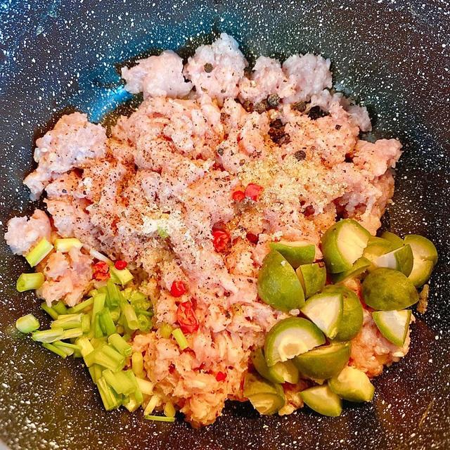 Sấu đang sẵn mà chỉ mỗi nấu canh cũng phí, mạnh dạn kết đôi cùng thịt lợn theo cách này đảm bảo cả nồi cơm cũng đánh bay - Ảnh 3.