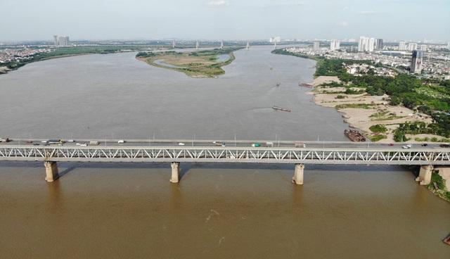 Cận cảnh mặt cầu Thăng Long xuống cấp nghiêm trọng trước lúc đại tu lần 3 - Ảnh 1.