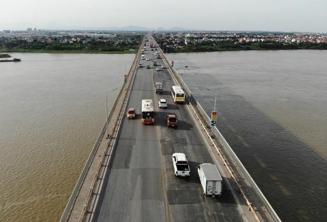 Cận cảnh mặt cầu Thăng Long xuống cấp nghiêm trọng trước lúc đại tu lần 3 - Ảnh 3.