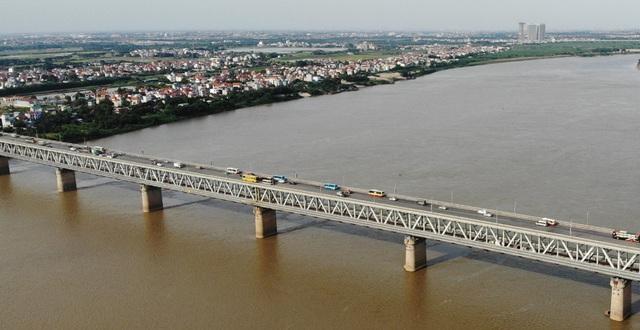 Cận cảnh mặt cầu Thăng Long xuống cấp nghiêm trọng trước lúc đại tu lần 3 - Ảnh 2.