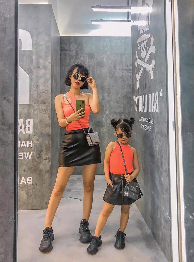 Mỗi tháng chi 10 triệu sắm áo quần, mẹ bỉm 8X cùng con gái diện đồ đôi đi muôn nơi - Ảnh 14.
