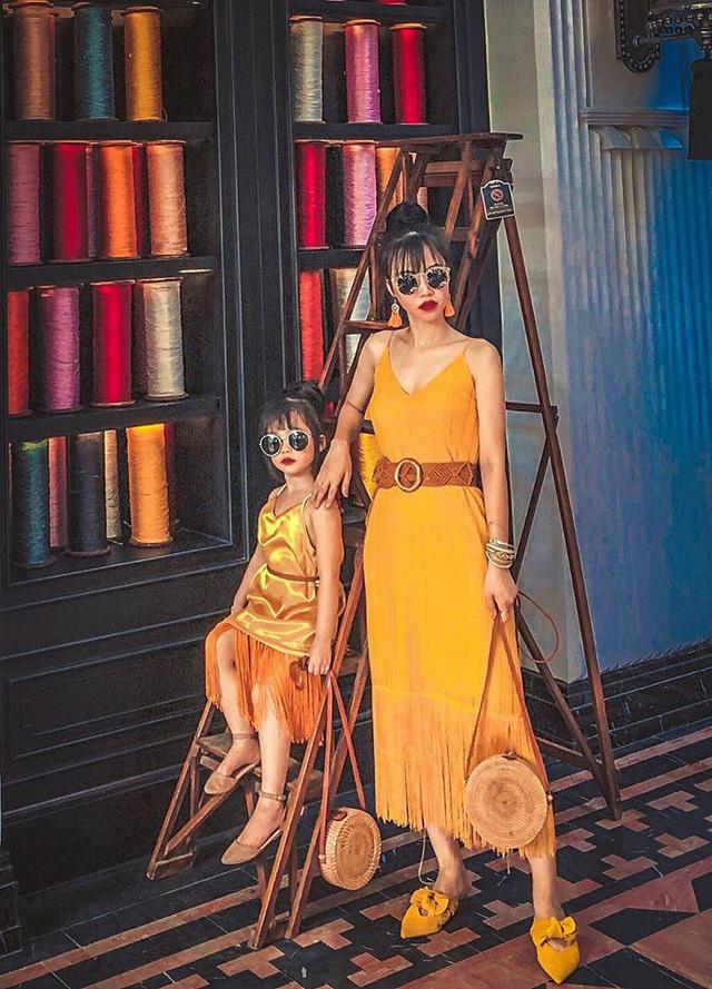 Mỗi tháng chi 10 triệu sắm áo quần, mẹ bỉm 8X cùng con gái diện đồ đôi đi muôn nơi - Ảnh 19.