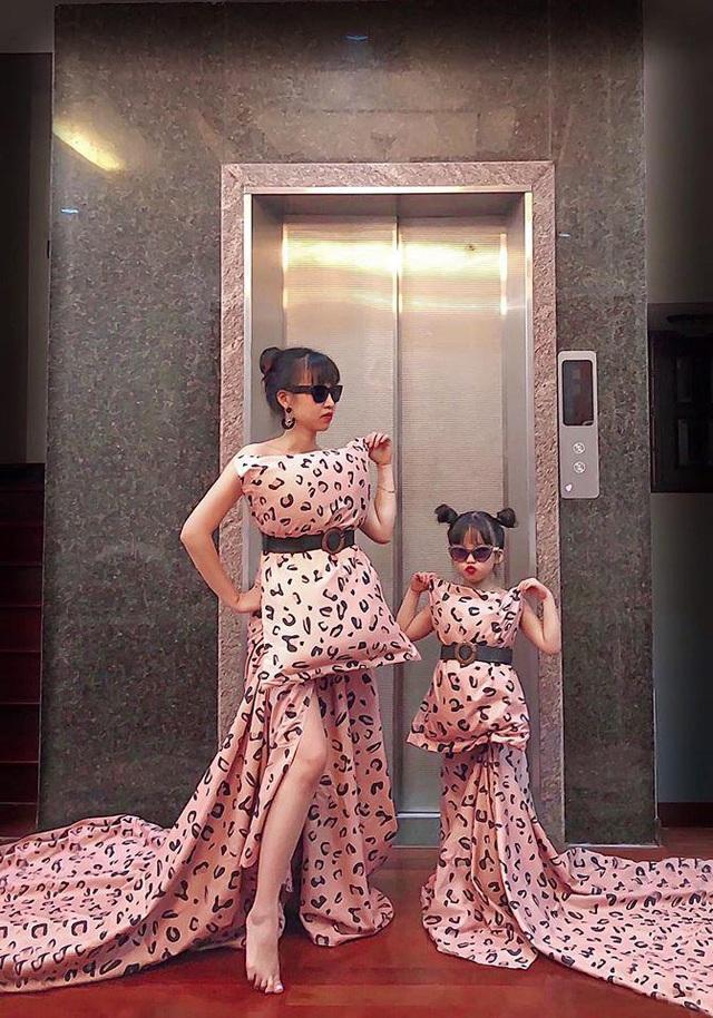 Mỗi tháng chi 10 triệu sắm áo quần, mẹ bỉm 8X cùng con gái diện đồ đôi đi muôn nơi - Ảnh 3.