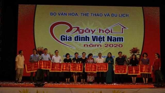 Giao lưu cùng NSND Trung Anh – Về nhà đi con trong Ngày hội Gia đình Việt Nam - Ảnh 2.