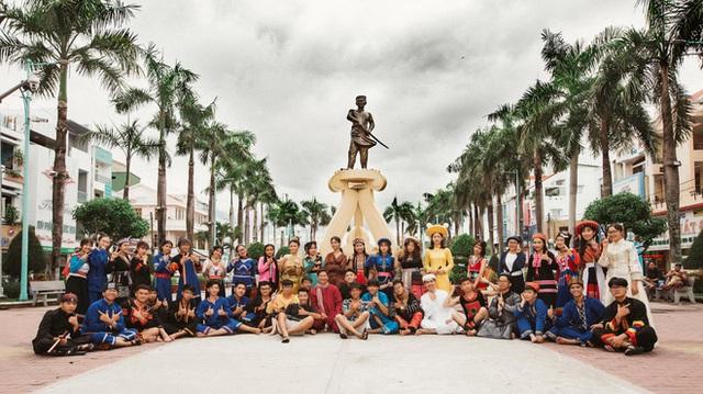 Dùng trang phục của hơn 20 dân tộc chụp kỷ yếu, lớp học chịu chơi nhất là đây! - Ảnh 2.