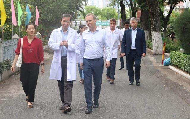 Đại sứ Anh đến cảm ơn bệnh viện - Ảnh 2.