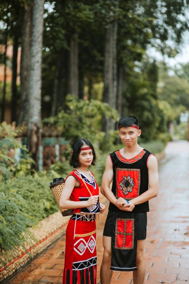 Dùng trang phục của hơn 20 dân tộc chụp kỷ yếu, lớp học chịu chơi nhất là đây! - Ảnh 14.