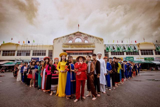 Dùng trang phục của hơn 20 dân tộc chụp kỷ yếu, lớp học chịu chơi nhất là đây! - Ảnh 3.