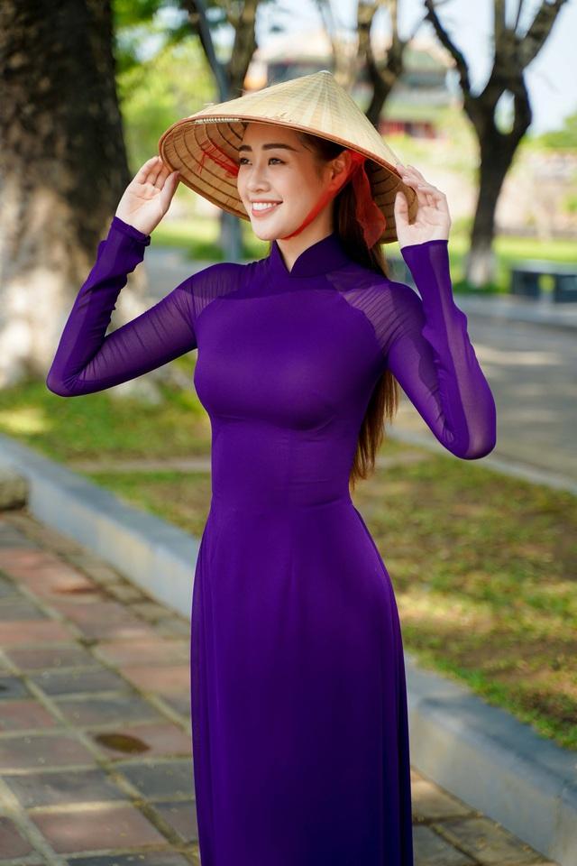 """Hoa hậu Khánh Vân hoá """"nàng thơ"""" xứ Huế trong tà áo dài tím  - Ảnh 2."""