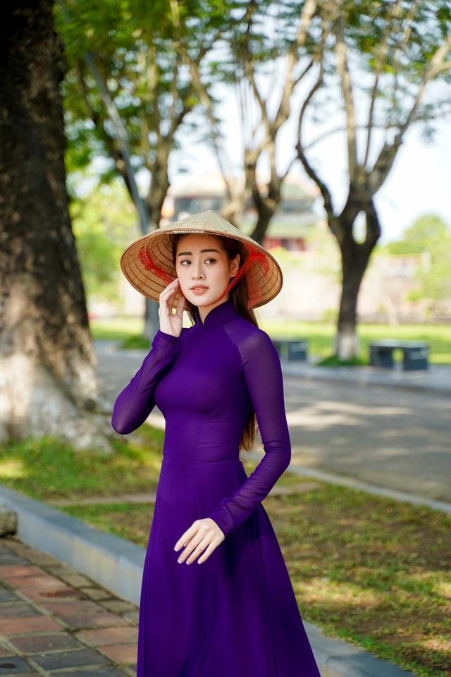 """Hoa hậu Khánh Vân hoá """"nàng thơ"""" xứ Huế trong tà áo dài tím  - Ảnh 1."""