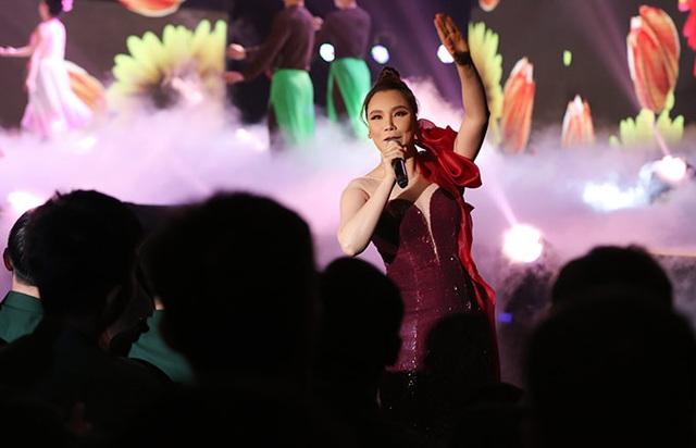 Hồ Quỳnh Hương trở lại sân khấu sau thời gian dài vắng bóng, biểu diễn thăng hoa - Ảnh 2.