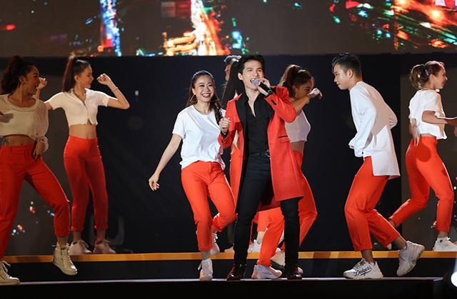 Hồ Quỳnh Hương trở lại sân khấu sau thời gian dài vắng bóng, biểu diễn thăng hoa - Ảnh 8.