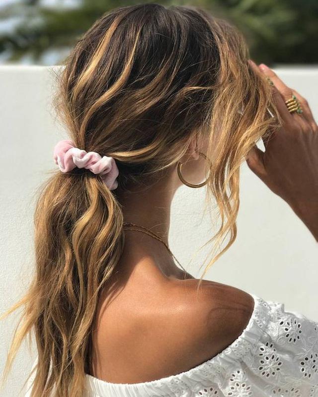 3 món phụ kiện tóc tưởng đã xưa cũ bất ngờ hot hit hè 2020 - Ảnh 5.