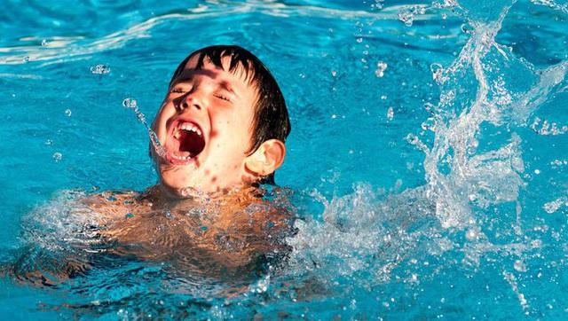 Phát hoảng với cách dạy trẻ tập bơi bằng cách ném con xuống nước, chuyên gia nói gì? - Ảnh 2.