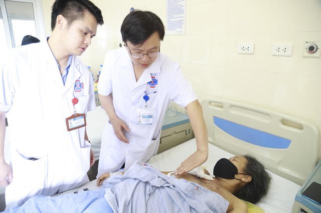 Chủ quan bỏ điều trị, 4 năm sau bệnh nhân mang khối u khổng lồ to như quả dưa hấu - Ảnh 1.