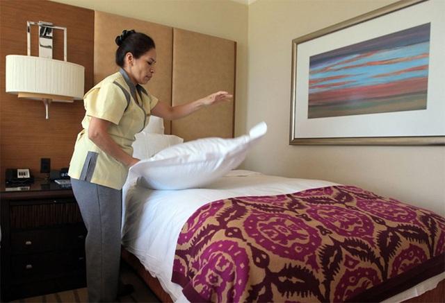 Bạn đừng bao giờ gấp chăn gối trước khi rời khách sạn, lý do mà các nhân viên dọn phòng chia sẻ sẽ khiến bạn bất ngờ - Ảnh 1.