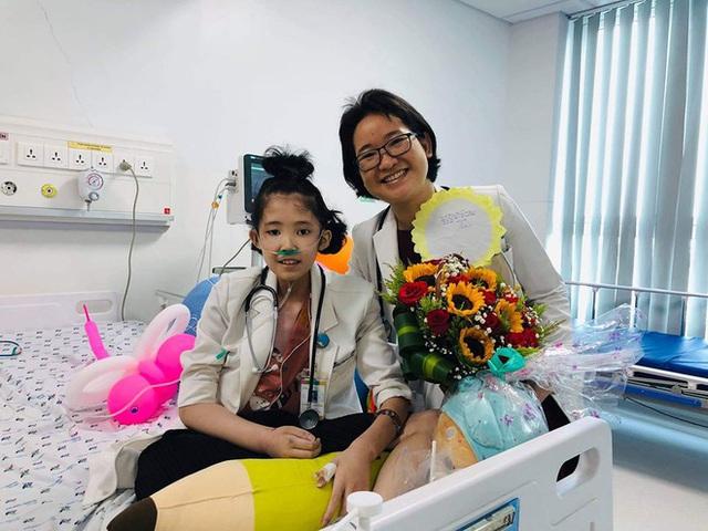 Hiện thực ước mơ làm bác sĩ cho cô bé bị ung thư xương - Ảnh 2.