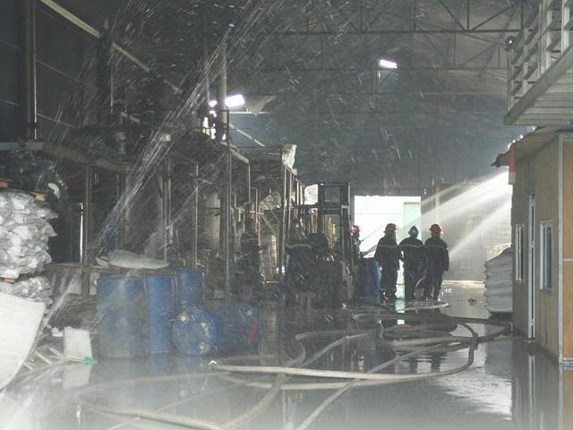 Công an quận Long Biên nói gì về vụ cháy kho hóa chất rộng gần 1.000 m2 tại Thủ đô? - Ảnh 4.