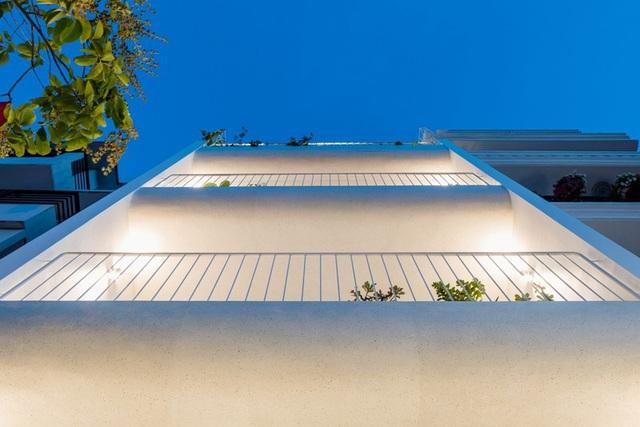 Ngôi nhà phố nổi bật của chủ nhân yêu thích màu trắng và những đường cong ở Sài Gòn - Ảnh 1.
