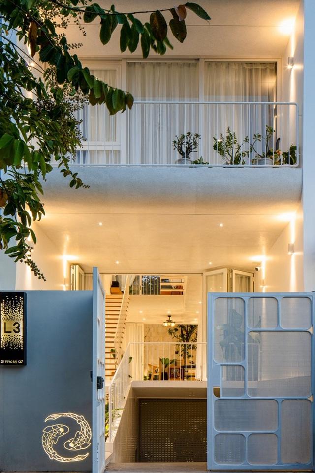 Ngôi nhà phố nổi bật của chủ nhân yêu thích màu trắng và những đường cong ở Sài Gòn - Ảnh 2.