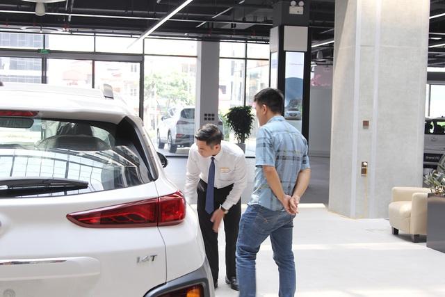 Người dân vui mừng xuống tiền tậu xe khi Nghị định giảm 50% lệ phí trước bạ ô tô có hiệu lực - Ảnh 2.
