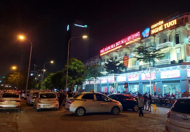 Nắng nóng, hàng loạt quán bia hơi tại Hà Nội đông nghịt khách sau dịch COVID-19 - Ảnh 2.