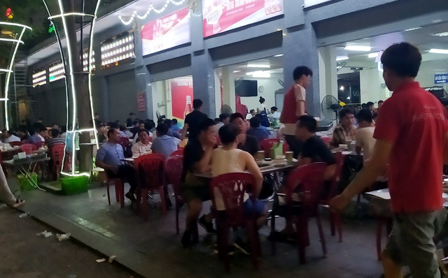Nắng nóng, hàng loạt quán bia hơi tại Hà Nội đông nghịt khách sau dịch COVID-19 - Ảnh 3.