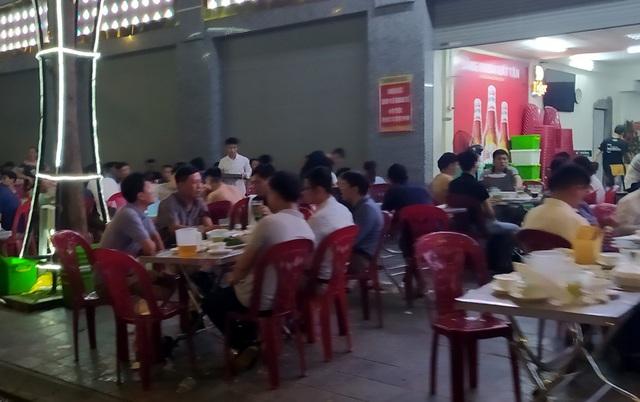 Nắng nóng, hàng loạt quán bia hơi tại Hà Nội đông nghịt khách sau dịch COVID-19 - Ảnh 4.