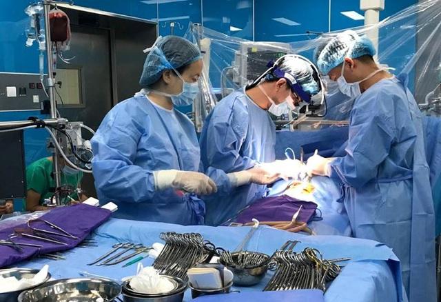 Bác sĩ đưa bé sơ sinh 1 ngày tuổi từ cõi chết trở về - Ảnh 1.
