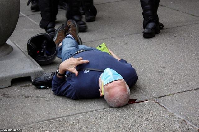 2 cảnh sát Mỹ bị bắt vì xô ngã cụ ông 75 tuổi đập đầu xuống đất nguy kịch, video quay lại hiện trường khiến dư luận sục sôi - Ảnh 1.