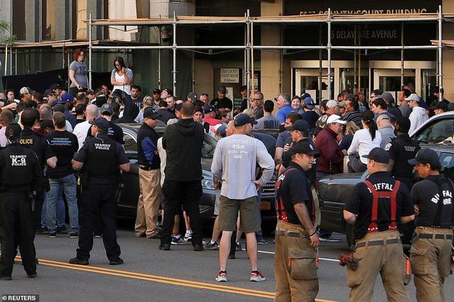 2 cảnh sát Mỹ bị bắt vì xô ngã cụ ông 75 tuổi đập đầu xuống đất nguy kịch, video quay lại hiện trường khiến dư luận sục sôi - Ảnh 4.