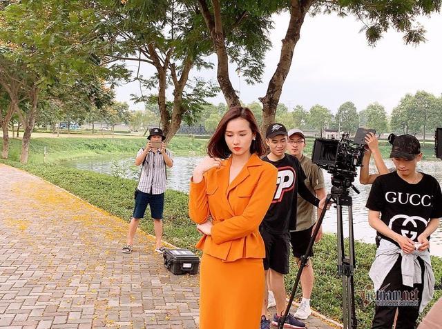 Lã Thanh Huyền, Nhan Phúc Vinh kiệt sức đóng phim giữa trời 50 độ C - Ảnh 4.