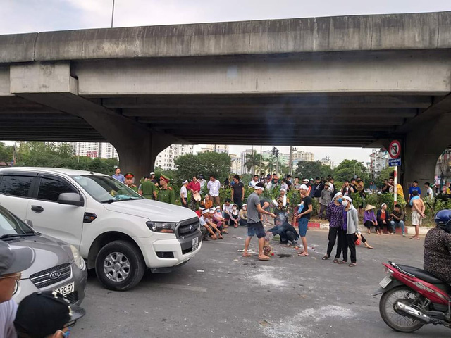 Hà Nội: Cả tuyến đường ùn tắc vì gia đình nạn nhân vụ TNGT đến hiện trường ăn vạ  - Ảnh 4.